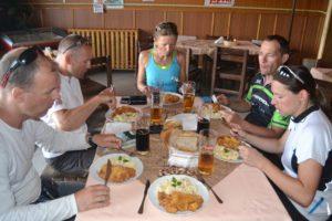 A rántott hús krumplisalátával a túra kiemelkedő kulináris élménye volt...