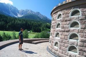 Az ma olaszországi, de 85%-ban németajkú lakosságú Innichen szélén az első világháború után egy mauzóleum épült