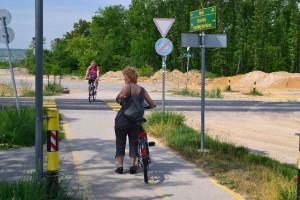 A kerékpárút kereszteződése a műúttal