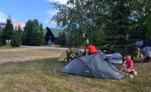 A kemping néhány fája tövébe húzódtunk sátrainkkal. Nna mennyit tekerünk a pihenőnapon???