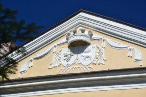 A Madách-kastély timpanonján...