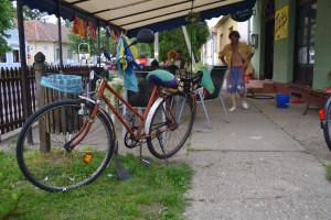 Igen, ez bicikli... - Dzsoni kerékpárja extrákkal