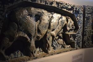 A Porte Monumentale, a párizsi világkiállítás főbejáratát díszítő állatfríz medve figurája