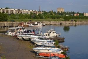 A Soroksári-Duna-ág képe a hídról a volt nagybani piac csarnokával