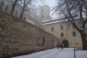 Tynieci apátság épületei hóesésben