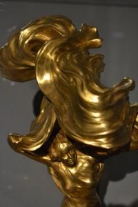A Loie Fullerról mintázott táncosnő-formába oltott asztali villanylámpa. Ez a párizsi szecesszió!