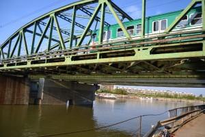 A Soroksári-Duna kettős hídje: a HÉV és közúti forgalom bonyolítására. Háttérben a Nagyvásártelep csarnoka