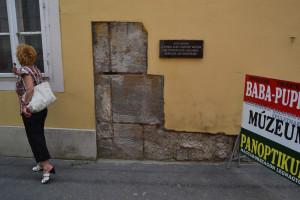 Mészkő tömbök Valcum erődjéből - a keszthelyi Bakacs utcában, egy ház falában