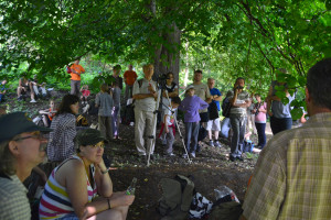 Az előadások hallgatósága az Ágasvári turistaház mellett