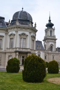 """""""...a barokk úri lak a többszöri átépítéseknek, bővítéseknek köszönhetően 101 termes barokk-neobarokk kastéllyá nőtte ki magát..."""""""
