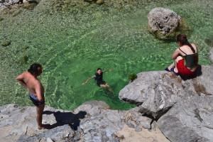 A víz ugyan hideg volt, de ki ne fürdene itt..?!