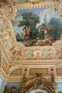 A mennyezeten Mannheimer Gusztáv és Eisenhut Ferenc légies, freskószerű pannói láthatók