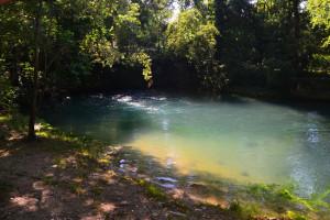 A kis szlovéniai Skocjan légvonalban is 30 kilométerre van ide, de a Horvátországban eredő, 87 kilométer hosszú Reka-folyó itt bukkan a felszínre