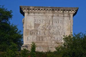 A hegy felőli oldalról a Harmadik Olasz Hadsereg oltára néz le