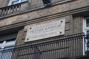 Emléktábla a pesti Astoria Szállón, a második emelet magasságában. Az itt állt házban írta a János vitézt...