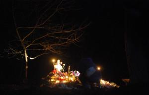 Megemlékezők, tisztelgők mécsesei egy elesett honvéd sírján - 2011 (Fotó: Harsáczki György)