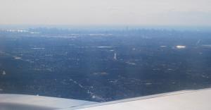 A horizontot Manhattan magasházai, felhőkarcolói csipkézték... (Kilátás a repülőgépből)
