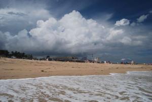 Déli kiérkezésünkkor már toronymagas felhők gyülekeztek a szárazföld felett...
