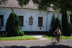 """Emléktábla Kiskunfélegyházán, ahol """"gyermekéveit élte"""""""