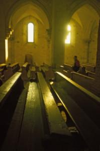 A román stílusban épült Bélháromkúti apátsági templom belső tere