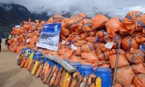 Sok tonna összegyűjtött hegymászó-hulladék a Mount Everestről 2011 májusában (Forrás: internet)