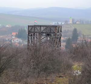 A kilátó mögött, a jobb oldalon látható a templom maradék toronya