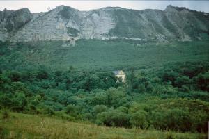 """A Bélháromkúti apátság elhelyezkedése megfelel a ciszteri """"szokásoknak"""": bent az erdőben"""