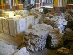A régészeti feltárás a felszedett padlólapok alatt... (Forrás: epuletkutatas.blogspot.hu)