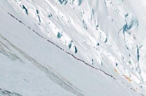 Hegymászók kígyózó sora útban a Mount Everestre (Fotó: Ralf Dujmovits - internet)