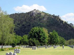 A sziklás hegy a német-magyar katonai temető felől