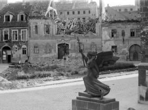 A Bécsi kapu tér a szobraival - 1945 (Forrás: internet)