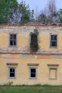A felsőszemerédi Wilczek-kastély homlokzatának részlete (Fotó: Harsáczki György, 2012, ősz)