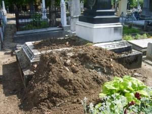 A sírt a kihantolást követően rendezetlenül hagyták... (Fotó: magyarhirlap.hu)