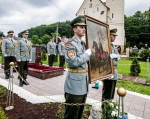 Katonai díszõrség áll a sír mellett Skultéty László huszár zászlótartó földi maradványainak újratemetésén a szlovákiai Hegyesmajtényban 2013. június 27-én. (Fotó: Krizsán Csaba - MTI)