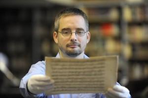 dr. Mikusi Balázs, a kézirat felfedezője (Forrás: nemzetikonyvtar.tumblr.hu)