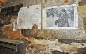 Falra tűzött dokumentumok a Punta Linke drótkötélpálya-állomás mögötti bunkerben. (Fotó: Laura Spinney)