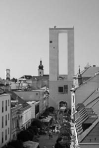 A világhálón egy kapu- és kilátótorony látványtervére akadtam, amely a Fehérvári nevet viselte. Véleményem szerint sírnivaló ez a fajta modern építészet... (Forrás: Internet)